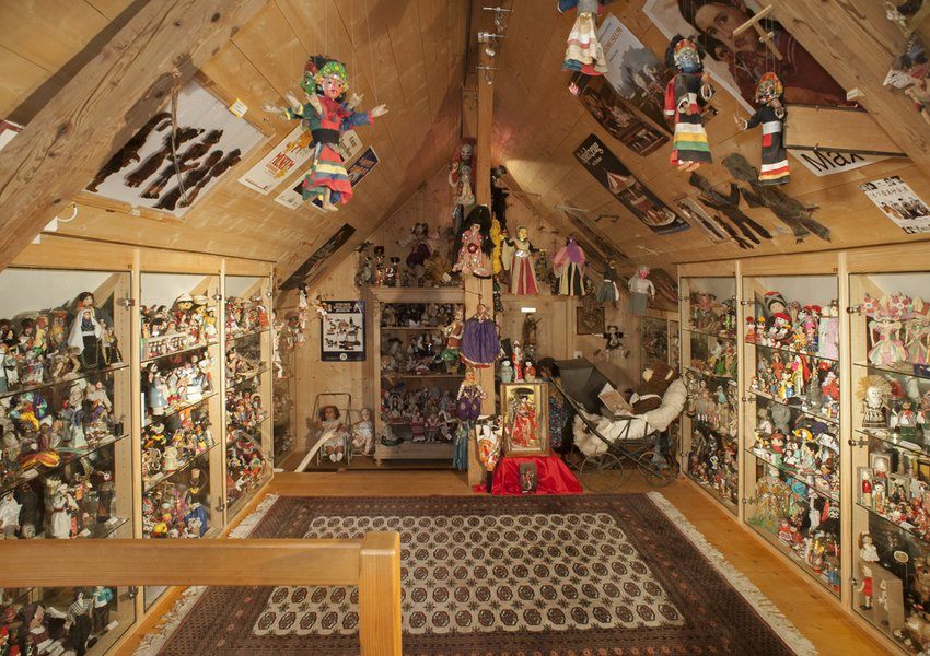 Costume dolls, ritual dolls and souvenir dolls from all over the world